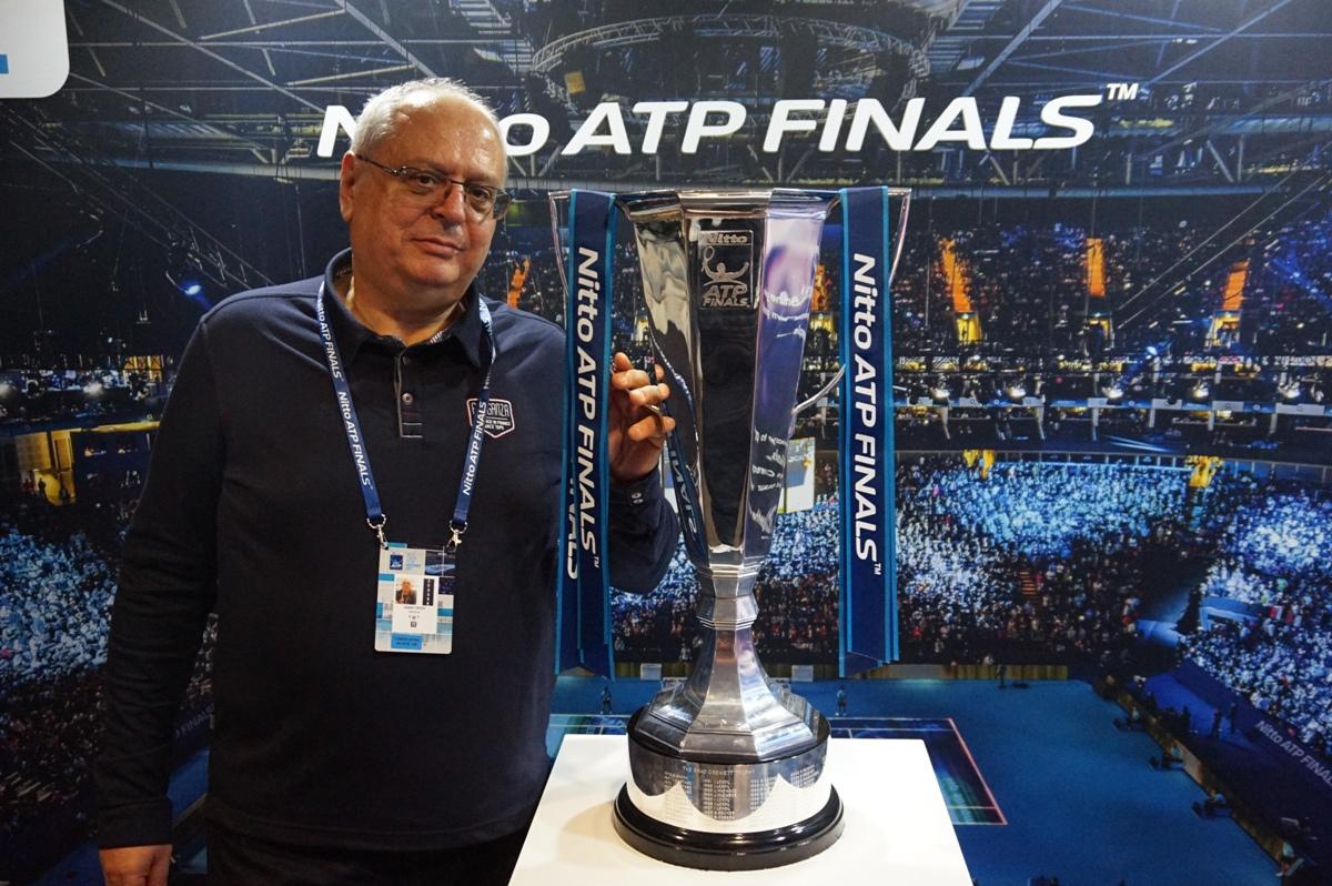 Любомир Тодоров с трофея за шампиона в Nitto ATP Finals. СНИМКА: ЛИЧЕН АРХИВ