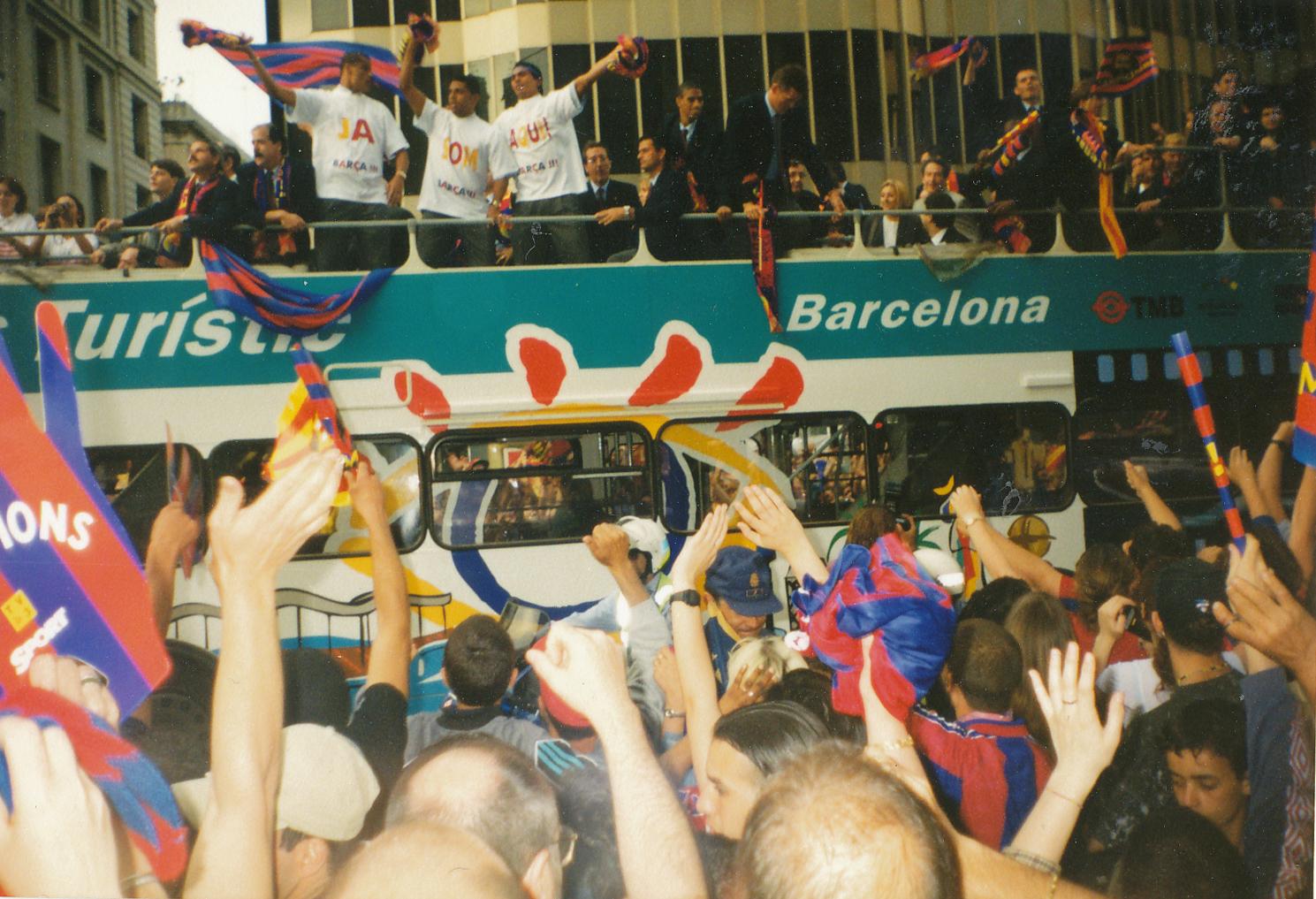 """Уличният парад с трите шампионски отбора на """"Барселона"""". С белите тениски са бразилските футболисти (от ляво на дясно) Ривалдо, Сони Андерсон и Джовани. Снимка: Авторът"""