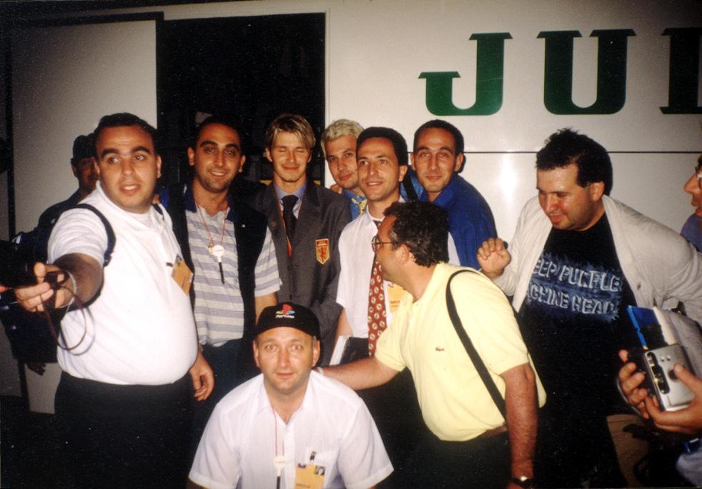 Историческа снимка - българските журналисти, акредитирани за финала (плюс още трима-четирима) и Дейвид Бекъм. Авторът е вдясно от звездата. Да, да - онзи русият. Снимка: Неизвестно.