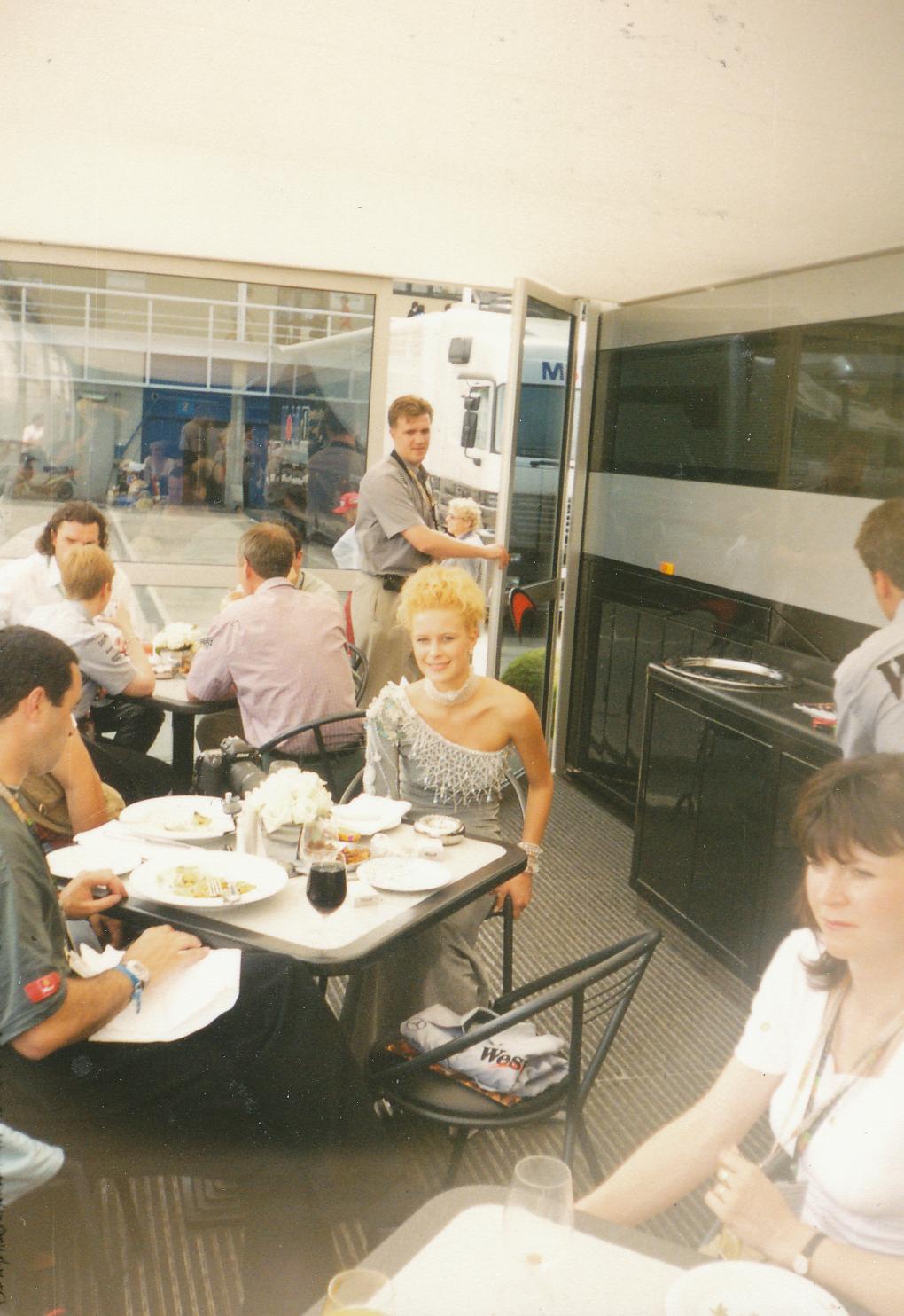 """Мис Чехия Катерина Стоучесова блести в кафенето зад бокса на """"Уест Макларън Мерцедес"""". Снимка: Авторът."""