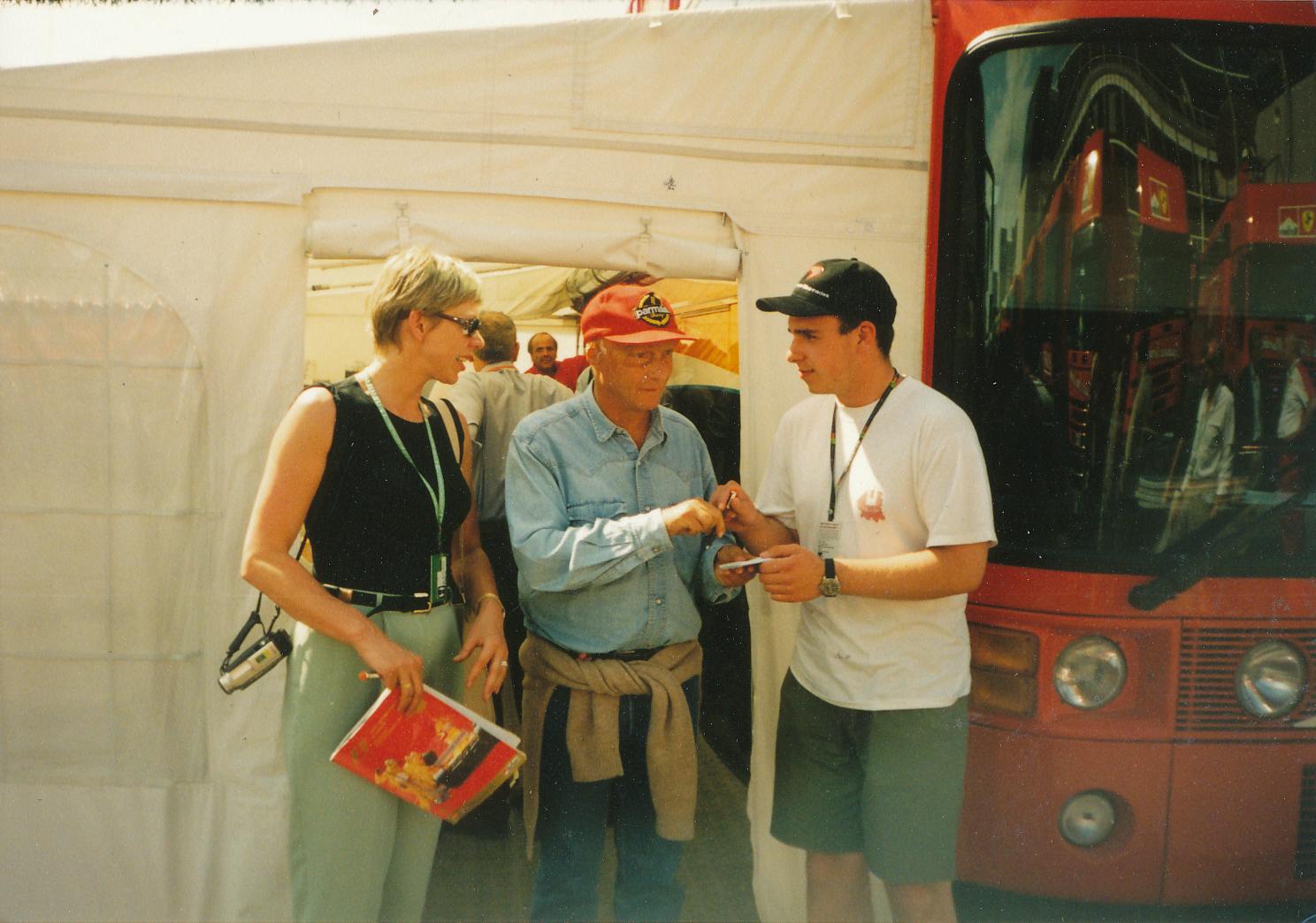 Легендата Ники Лауда дава автографи на колежка от Литва и колега от Беларус. Снимка: Авторът