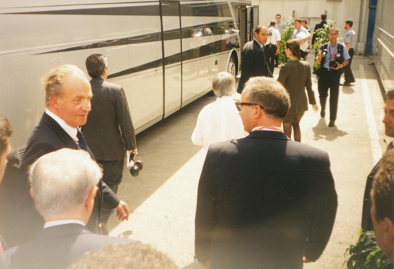 Испанският крал Хуан Карлос по време на посещението си в боксовете. Снимка: Авторът