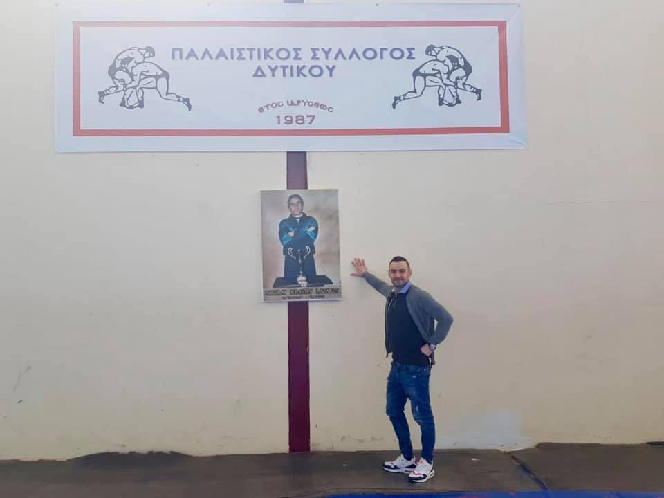 Радослав до плаката на своя баща Николай Кръстев в залата в Дитико