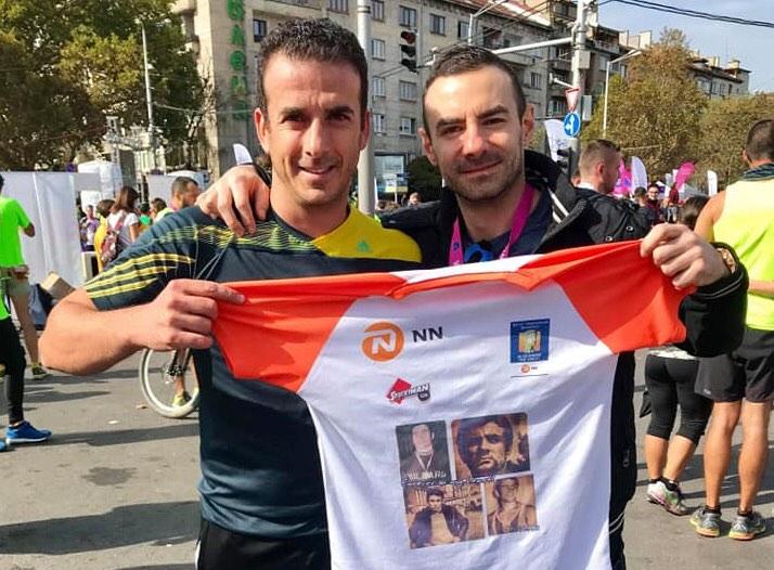 Йоргос и Радослав с фланелката с лика на големия български треньор
