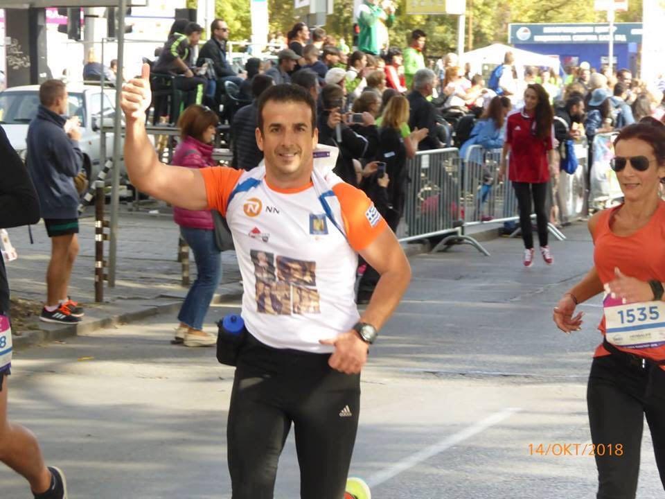 Йоргос Кемеридис тича на софийския маратон с тениска с лика на Николай Кръстев.