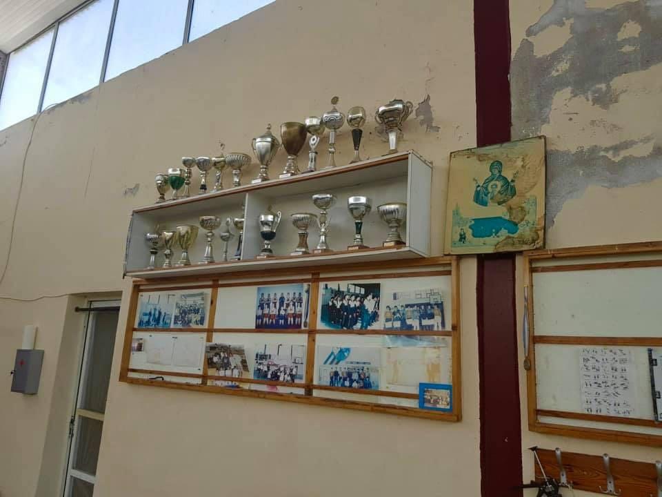 Спечелените купи още са в залата.